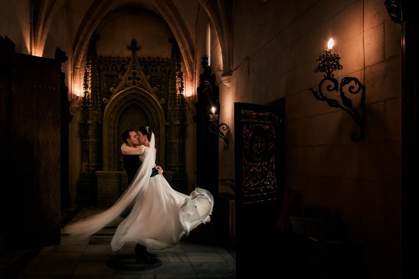 momento romantico de los novios en el bodas castillo san marco cadiz