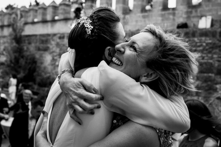 abrazo entre la novia y un familiar