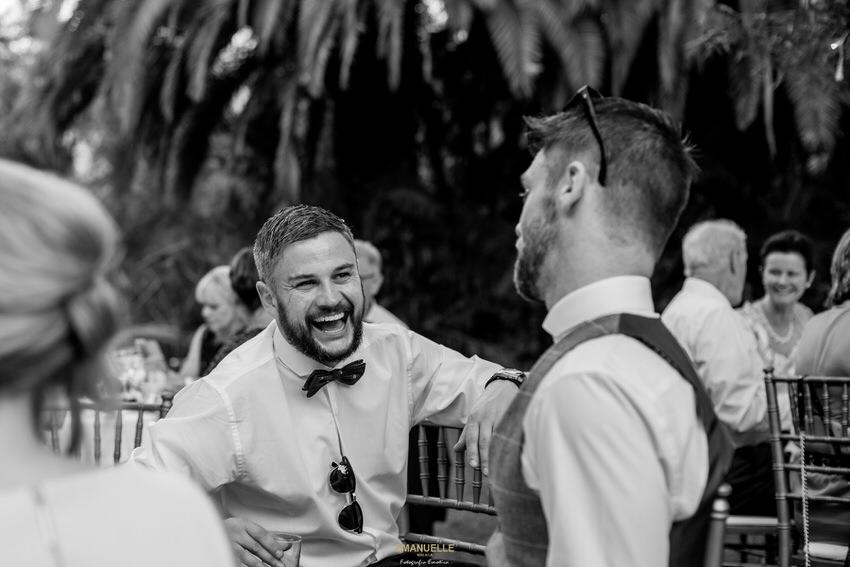 amigos en la fiesta de boda