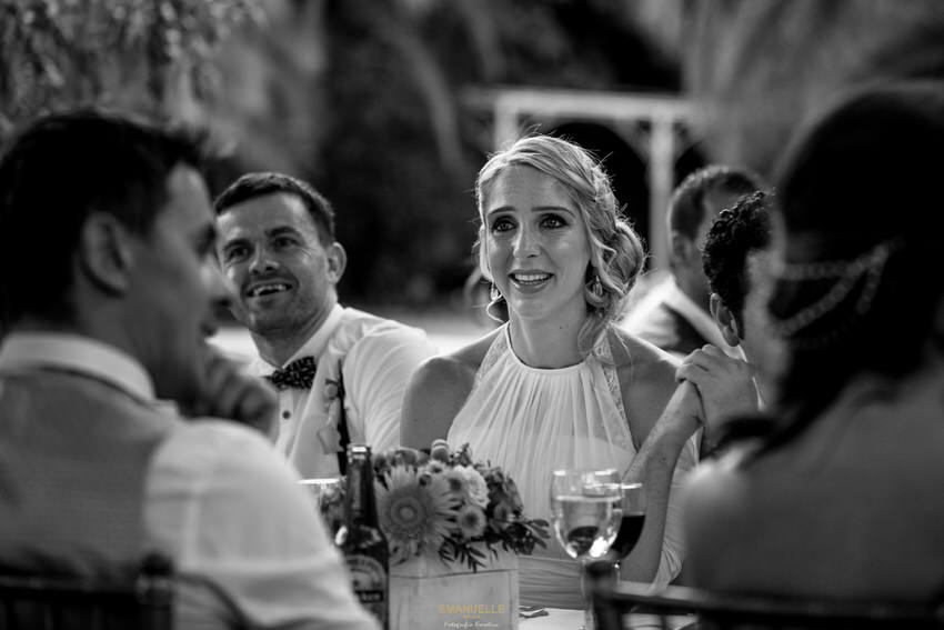 imagen emotiva de la hermana de la novia que se conmueve escuchando a su padre